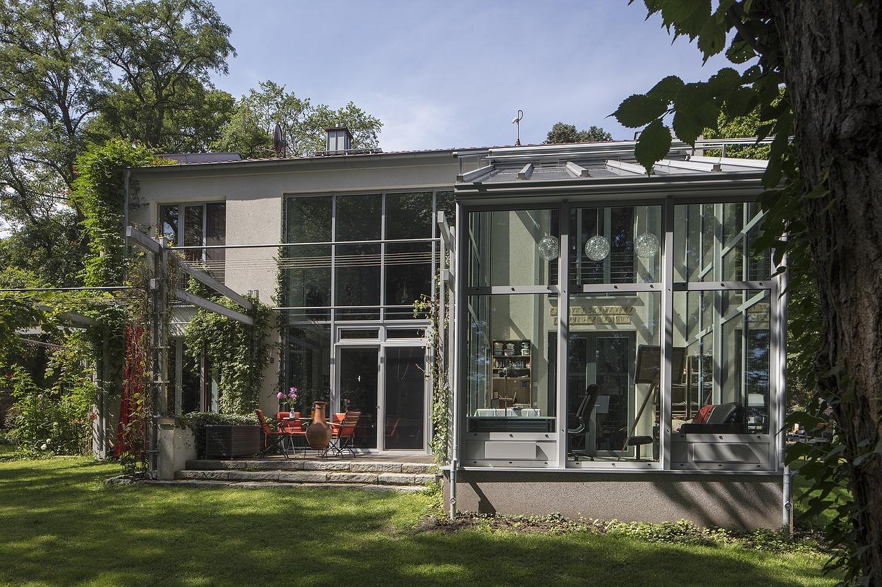 Quels sont les avantages et inconvénients d'une baie vitrée pour une véranda ?