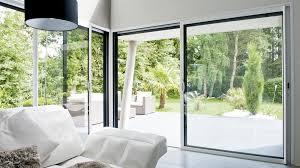 Pourquoi choisir des baies vitrées pour illuminer le salon