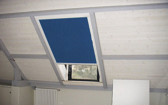 Installer un store intérieur pour fenêtre de toit